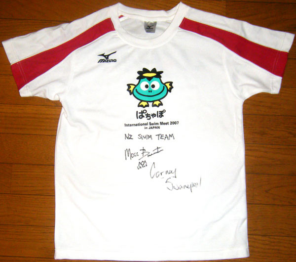 同じくモス選手とコーネル選手のサイン入りTシャツ